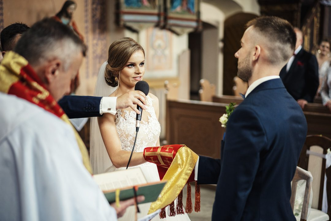 ślub kasi i tomka w kościele Ramsowo