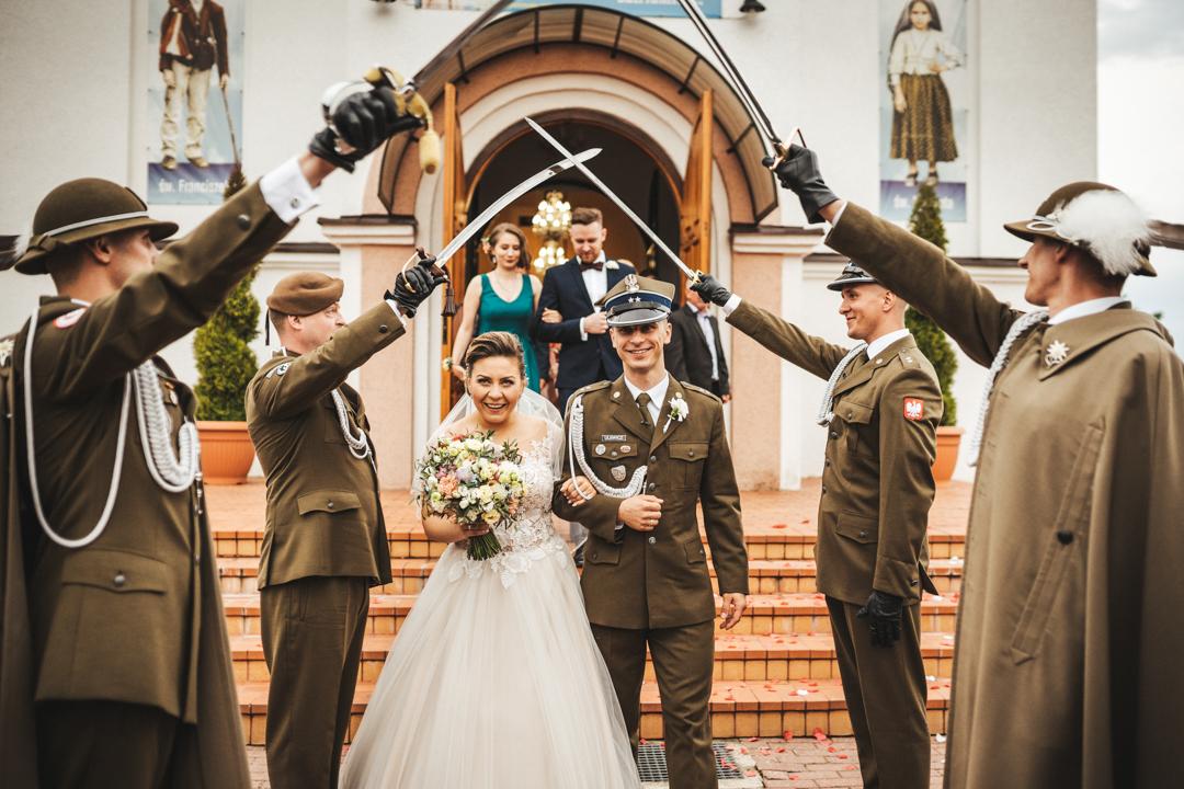 ślub wojsko giżycko szpaler